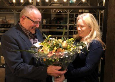 laura overhandigd bloemen aan Hans